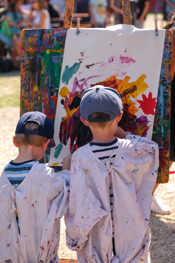 Bunt & kreativ: Malaktion im Sommer. Foto: Tom Sgodda